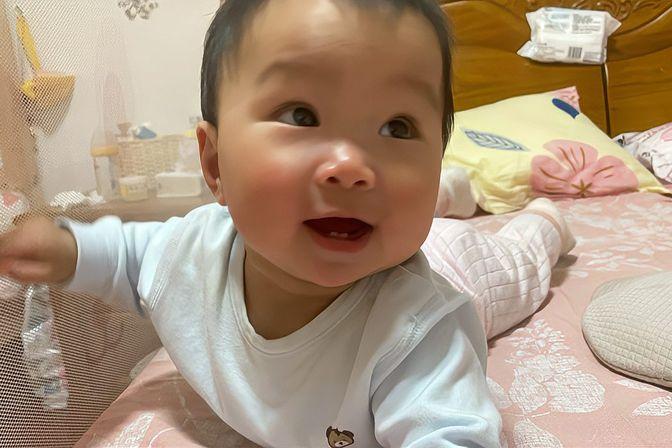 宝宝八个半月了,还不会爬,只会翻滚,宝妈急了
