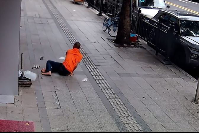 广州一男子为省148元按摩费跳楼逃单,穿好鞋后淡定离开