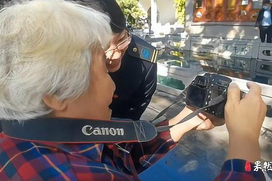 果然视频丨今天让我来陪你,志愿者带空巢老人逛趵突泉过重阳