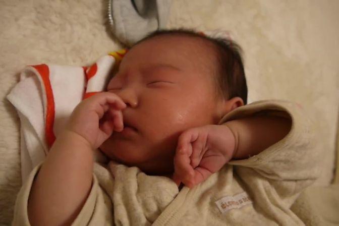 小宝宝睡觉总是不踏实,扭来扭去,极其痛苦的样子,真是醉了!