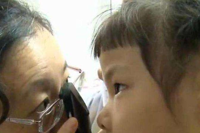 宝宝眼睛总是要流泪,这时家长需警惕,看情况送孩子去医院