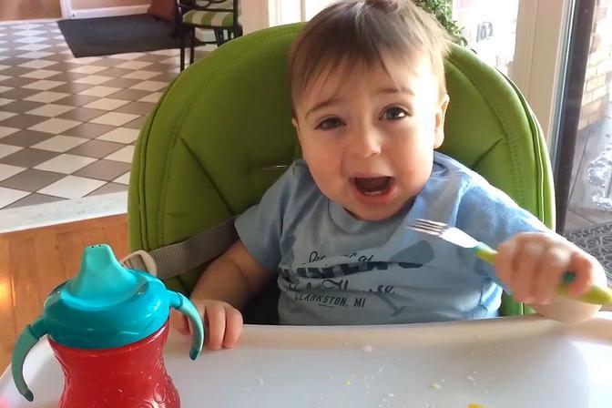 宝宝面对新事物和怪声音的反应,表情简直太萌了!