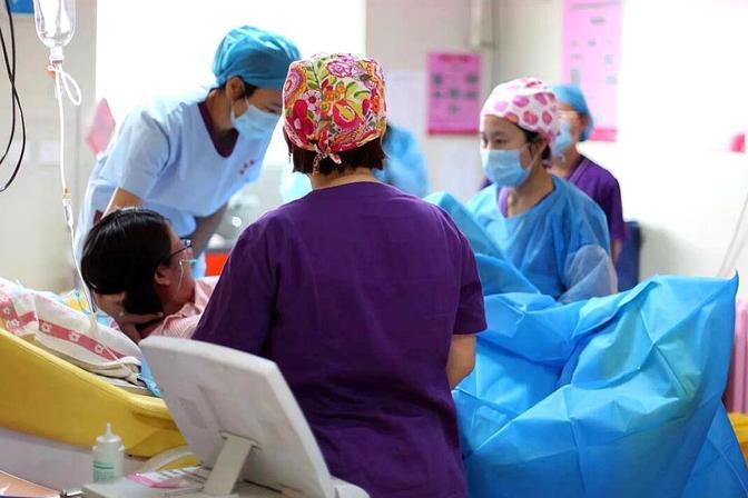 27周孕妇查出妊娠高血压,产妇却不顾危险执意保胎,医生说她太傻