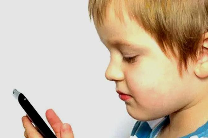 家长在带娃时玩手机,手机辐射对孩子影响有多大?快来了解一下吧