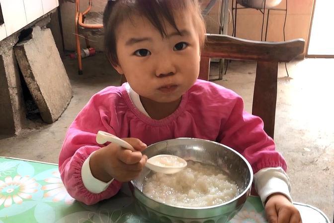农村2岁宝宝吃饭不用喂,一顿能吃一大碗,这闺女也太好养了