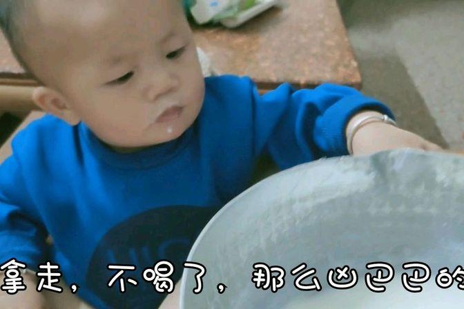 """12个月宝宝""""喝奶""""太另类,被宝妈说了之后,小脾气一下就爆发了"""