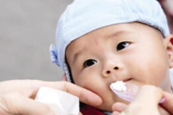 妈妈的疏忽造成孩子吃完糖丸后终生残疾,家长要引以为戒