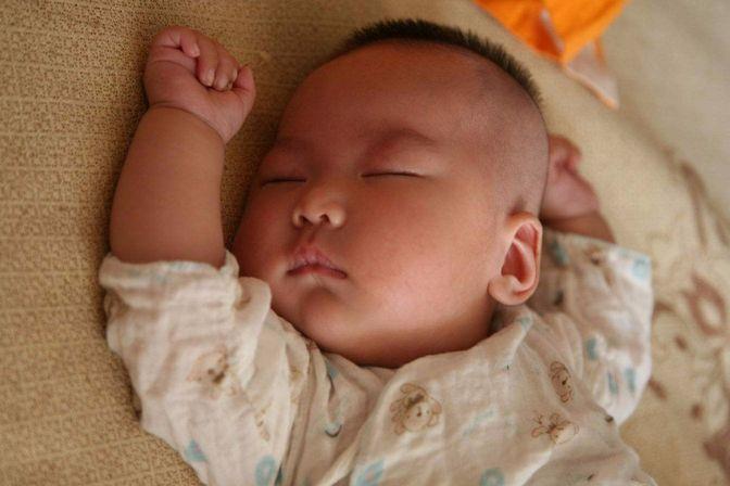 宝宝睡觉总是大汗淋漓,是缺钙还是生病了?看看医生怎么说?