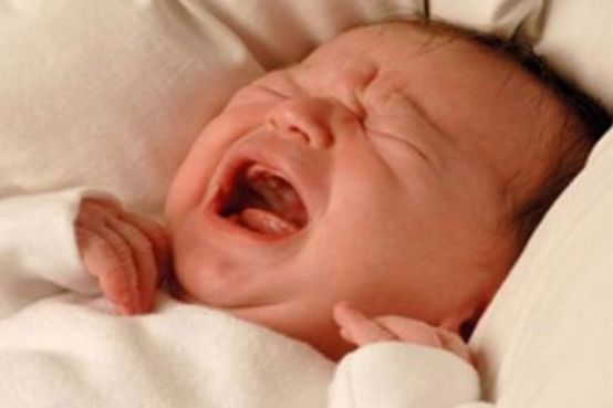 宝宝晚上哭闹不好好睡觉,几个小方法教爸妈们轻松应对!