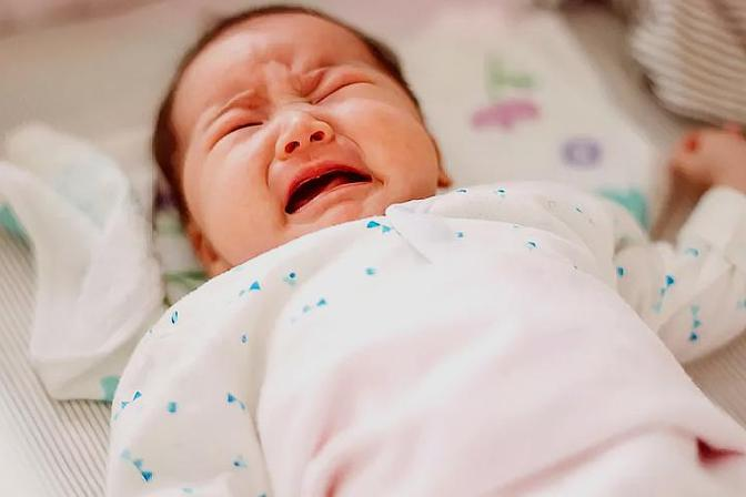 宝宝深夜突然哭闹、很难哄睡,这种行为是怎么回事?