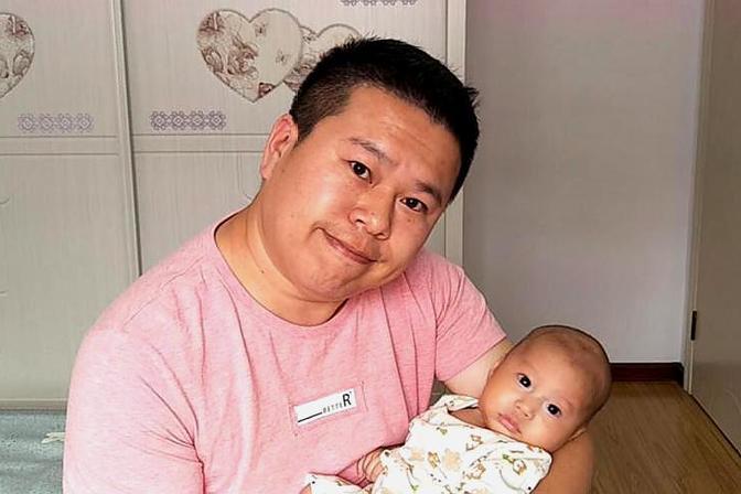 新生儿排便多,妈妈很着急,怕屎的爸爸观察这些,排除宝宝不舒服