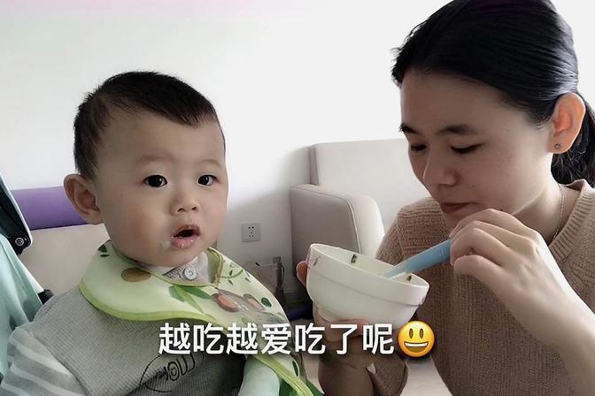 宝宝又长了湿疹不能吃肉,给他煲了青菜香菇粥,宝宝越吃越爱吃
