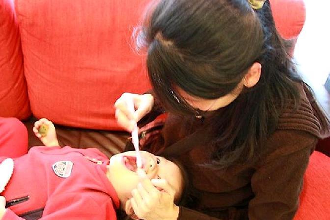 3岁宝宝坚持自己刷牙,半年后却蛀牙了,医生都是家长害的!