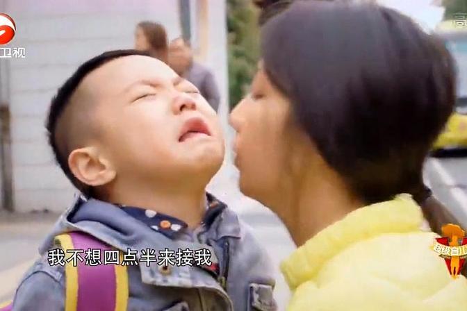 """五岁男孩""""恋母""""哭闹不肯上学,使出浑身解数,真是让人哭笑不得"""