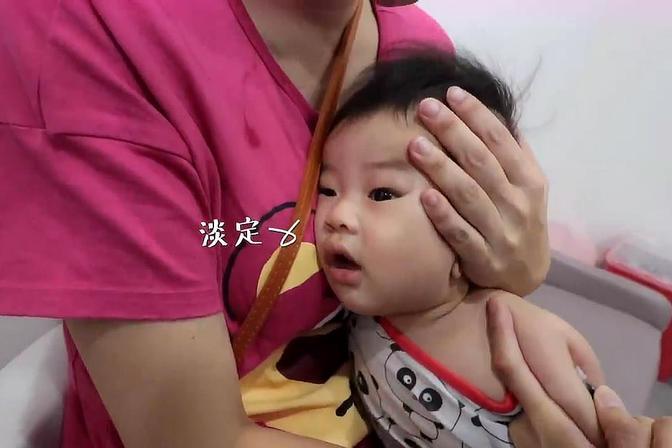 勇敢的5个月宝宝打卡介苗完全不哭,象征性的嗯嗯两声就好了!