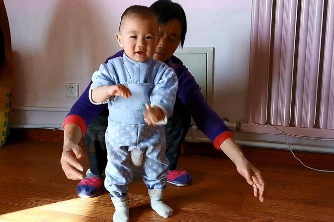 快十一个月的宝宝,还不会站,妈妈和姥姥都着急