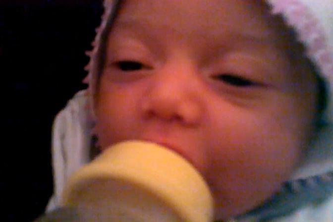 两个多月的宝宝喝奶,喝得还挺认真,真可爱
