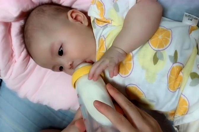 小宝宝喝奶的时候超认真,才四个月就能喝240毫升了