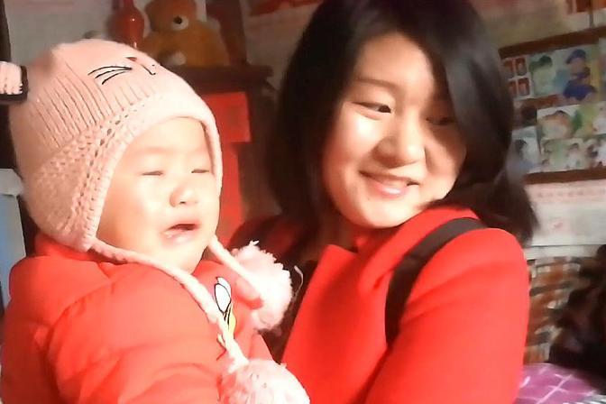 宝宝去太奶奶家,看到陌生人,宝宝哇哇哭,就找妈妈抱着!