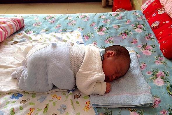 """娃喜欢趴着睡觉?睡姿对孩子很重要,""""正确趴睡""""父母要了解"""
