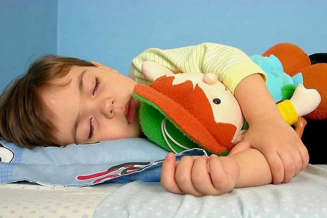 有些孩子晚上睡觉翻来翻去,或喜欢趴着睡,到底是什么原因?