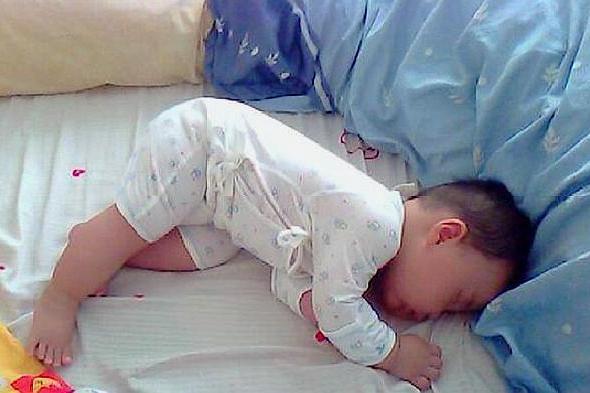 为何宝宝睡觉总是满床打滚?父母应该提前了解,让宝宝睡觉更安稳