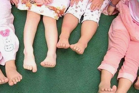 宝宝光脚的3大好处,看完你还会责备宝宝不穿鞋吗?