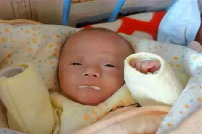 6个月的宝宝突然脑瘫,只因奶奶的这个动作,家人别不当回事