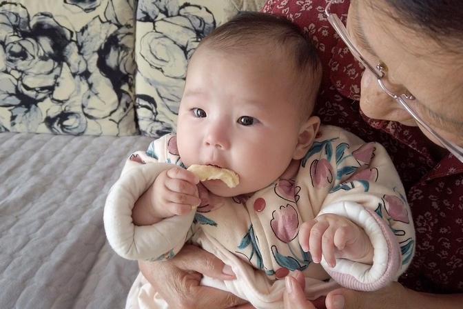出生4个月:宝宝不喜欢喝奶,就喜欢乱吃东西,该怎么办?