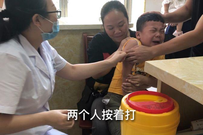 去医院给宝宝打预防针,一个比一个哭的惨,孩子越大难打针