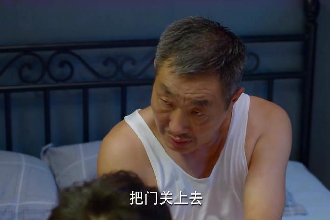 孙子一直跟自己作对,今晚却主动跟自己睡!爷爷:其中有诈?