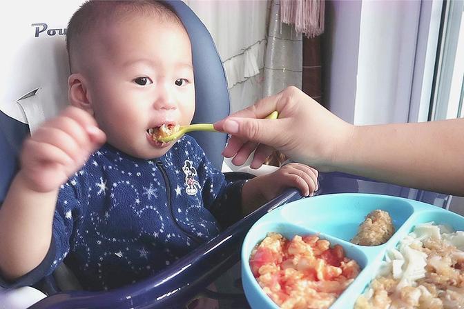 宝宝不爱吃辅食怎么办?教你3招,让纯母乳宝宝一看到辅食就要吃