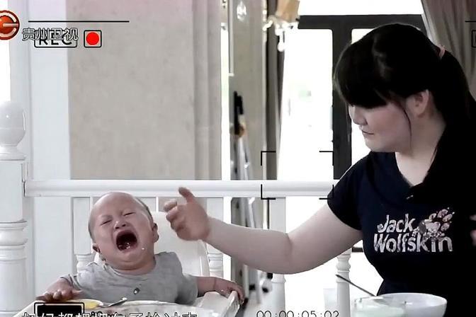 宝宝不肯吃辅食,妈妈太容易妥协,惯的孩子只想去吃母乳!