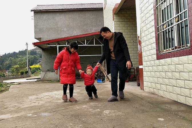 宝宝早产快一岁了还不会走路怎么办?得想办法锻炼他,这样做好吗