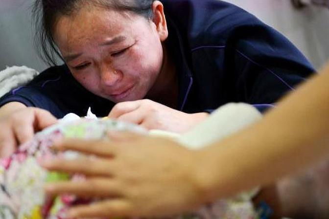 49岁生二胎,怀7月大夫建议引产,妈妈咬牙提前生,结果怎么样了