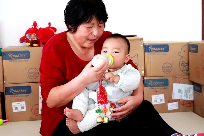 小孔宝到喝奶时间了,10个月了最多喝120毫升,是不是有点少啊