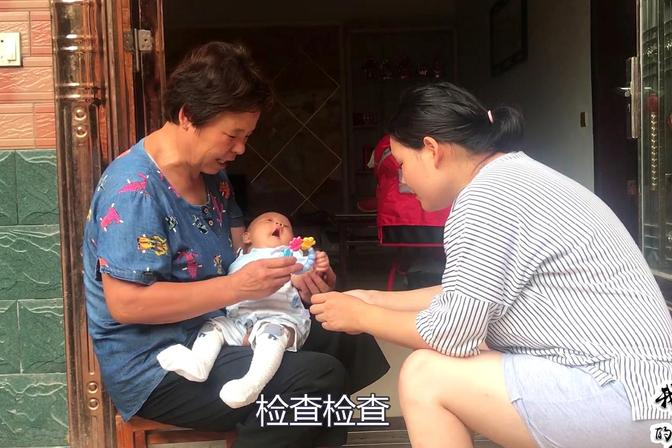 宝宝不长头发是怎么回事?农村儿媳很担心,婆婆说去医院检查