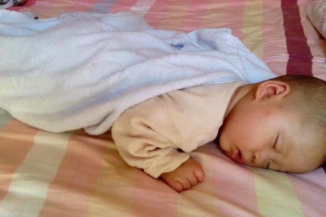 孩子为何晚上睡觉总是来回翻身或是趴着睡?很多家长不明白原因