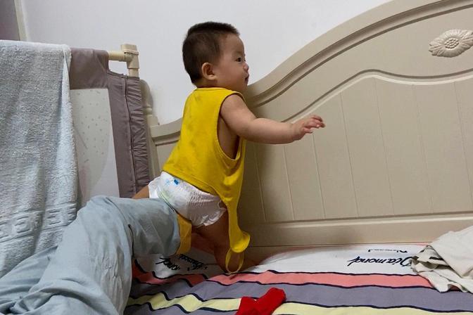 8个月的宝宝努力地想站起来能成功吗?孩子真皮,摔了也不知道疼