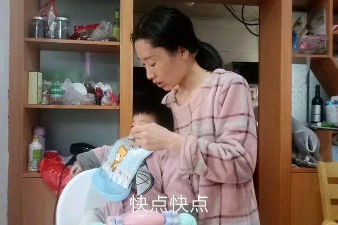 14个月宝宝才16斤,不爱吃东西就吃白粥,还特调皮。看着真是着急
