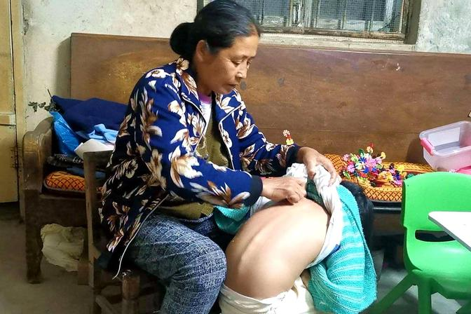 孙女感冒后半夜老是咳嗽,农村大娘用一个简单的土方法给她止咳
