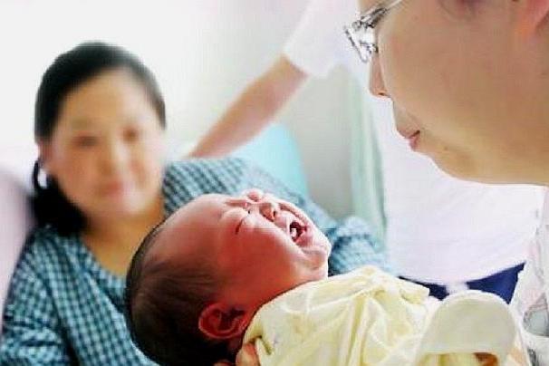 2个月宝宝8天没有大便,医院检查结果,宝妈当即怒斥孩子奶奶