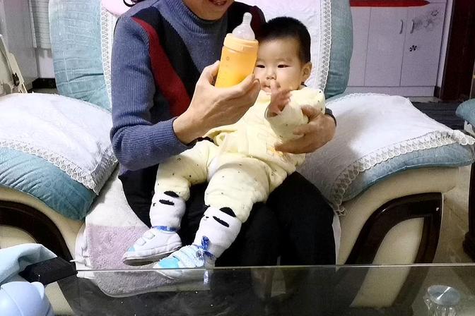 11个月的娃第一次喝奶粉,把自己笑得不行,你们都是多大断奶的?