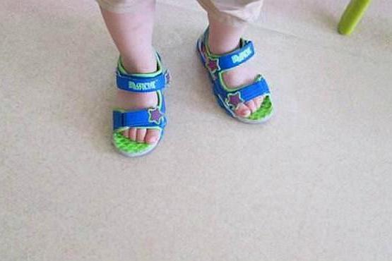 为什么孩子总喜欢反着穿鞋,原来还有这层原因,宝妈再忙也要看看