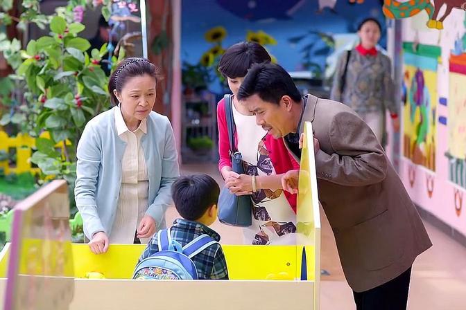 一个孩子上幼儿园三个奶奶来接,孙子对奶奶的态度决定了主导权