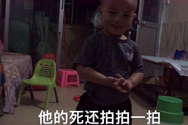两周岁宝宝拉屎在尿裤上,不敢告诉爸爸,自己去厕所找毛巾洗