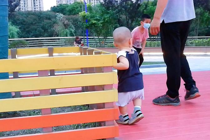 1岁宝宝走路像企鹅,之前想让他多爬没教走路,宝宝都这样走路吗
