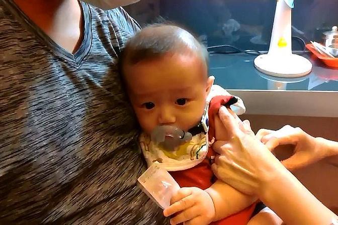 可爱宝宝打卡介苗一声也没哭,是护士手法太棒还是宝贝太勇敢!