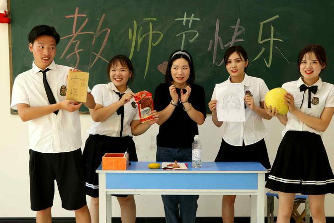 教师节2:同学们用心给老师准备礼物,老师感动落泪!教师节快乐
