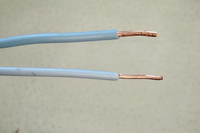 2.5、4²电线,粗细不一致,压一起根本压不紧,老电工一招解决了